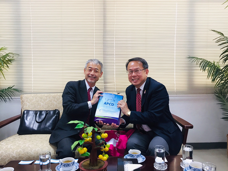 Mr. Piroon presented APCD publications regarding JICA's cooperation with APCD and other relevant stakeholders to Mr. Morita.