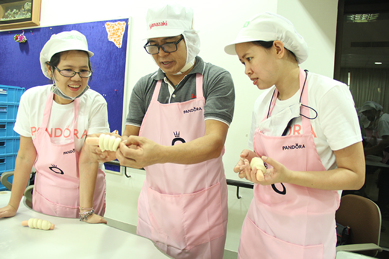 Mr. Patchara Promdee, bakery shop expert demonstrated how to make wiener rolls.